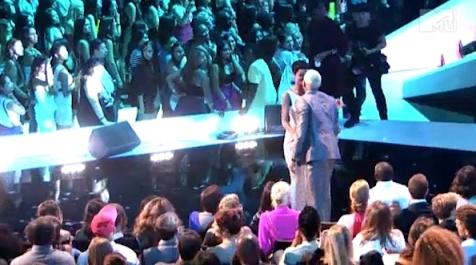 Rihanna kissing Chris Brown VMAs