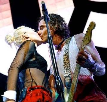 Gavin Rossdale Gwen Stefani Almost Acoustic Christmas kiss 2012