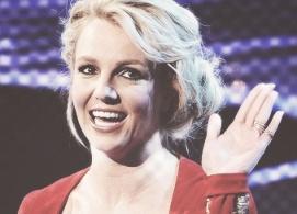 Britney Spears waving 1