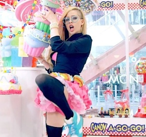 Avril Lavigne hello kitty still